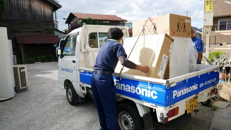 トラックに荷物を積むスタッフ